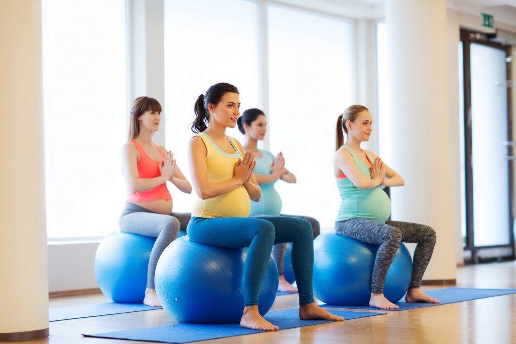 pregnant women yoga class